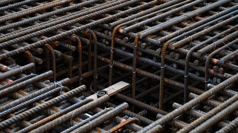 Keersluis Den Oever; de vlechters bouwen de wapeningsconstructie op voor de constructievloer van ca. 2 meter dikte. De lasser zet de maatverdeling vast.