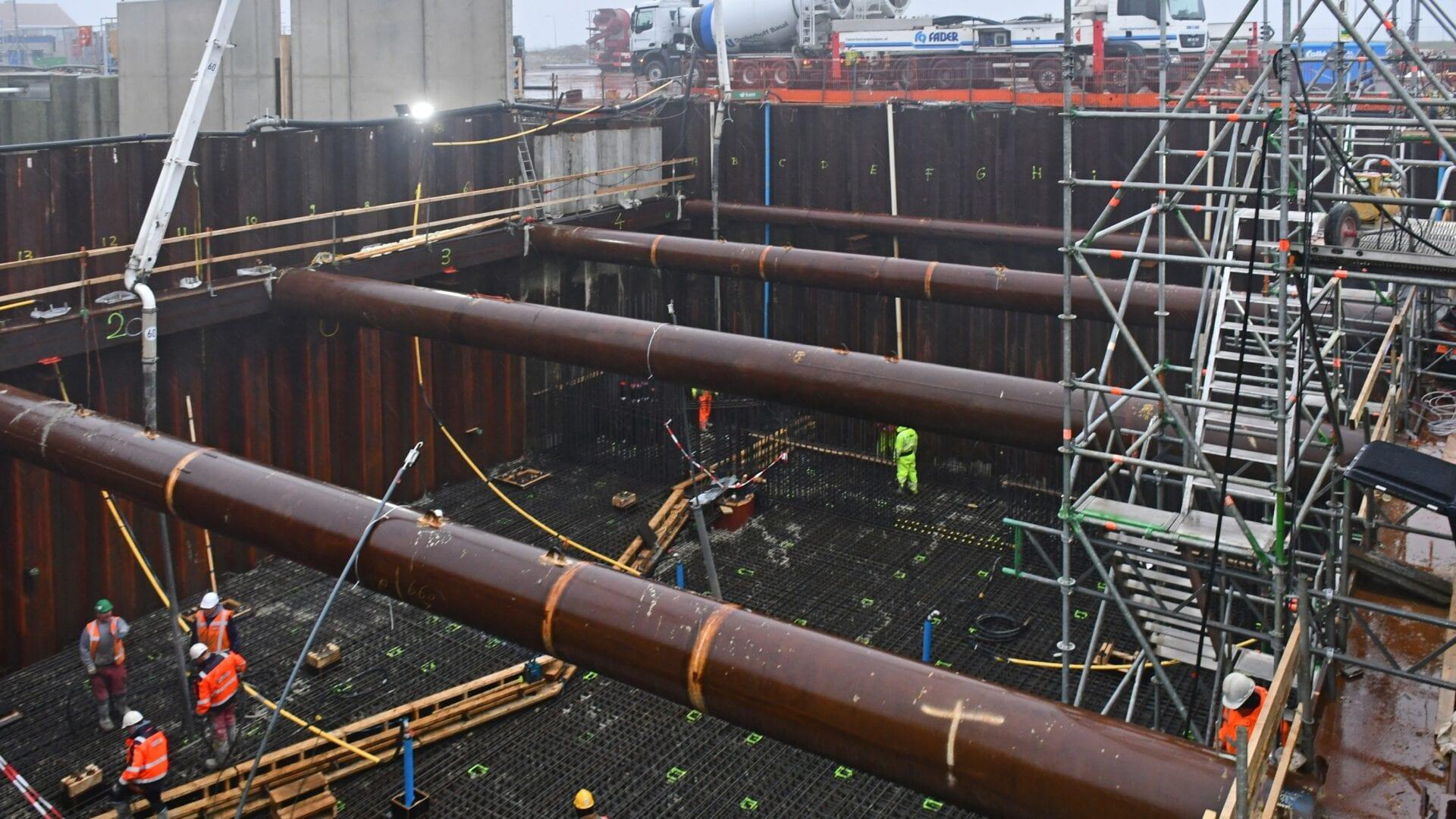 Keersluis Den Oever: vlak voor de kerst is de constructievloer en de drempel van de keersluis gestort: 1250 m3 beton. We verwerkten ruim 400 ton wapening en voor de stort gebruikten we 2 pompen met een capaciteit van totaal 120 m3 per uur.