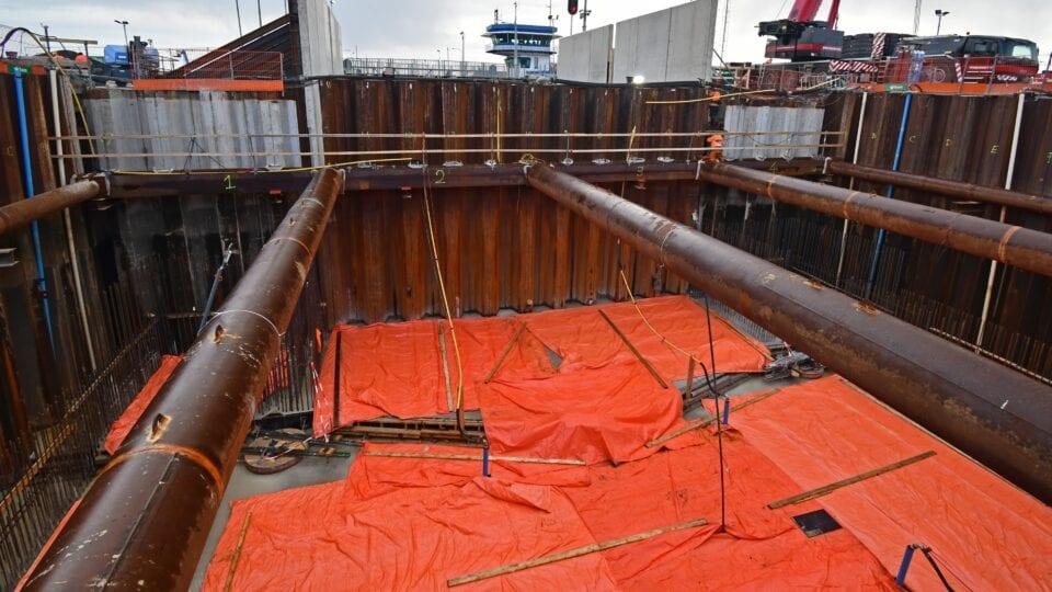 Keersluis Den Oever; na de grote betonstort van de constructievloer en de drempel van de keersluis wordt het beton met een zeil beschermd tegen uitdroging en koude temperaturen (isolatiezeil).