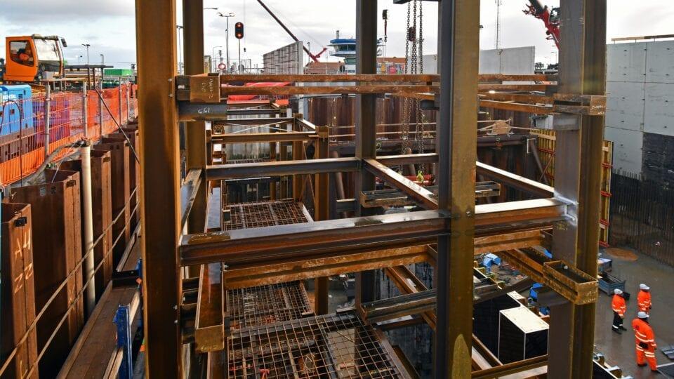 Keersluis Den Oever; de opbouw van stalen vlechttorens die straks gebruikt worden om de wapening aan te brengen. Deze vlechttorens maken later deel uit van de constructie en worden volgestort met beton