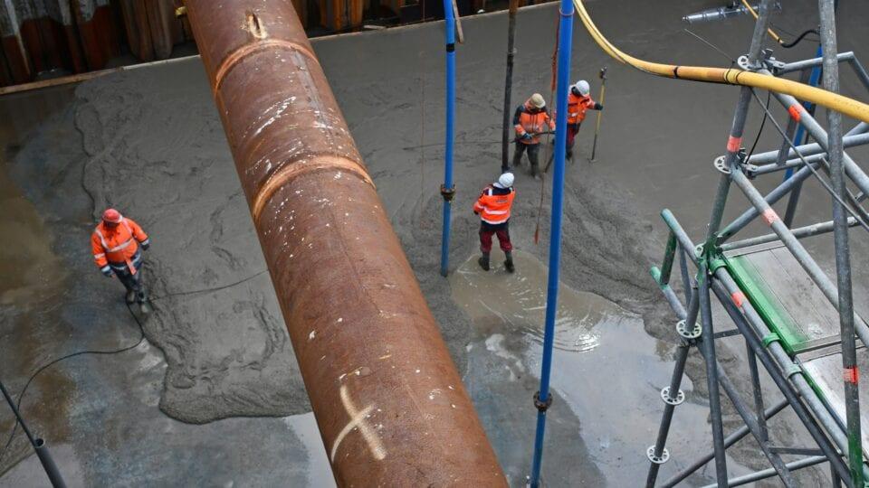 Keersluis Den Oever; voordat de constructievloer op het onderwaterbeton wordt aangebracht, is in de bouwkuip een uitvulvloer gestort (nivelleer- of wel tussenlaag).