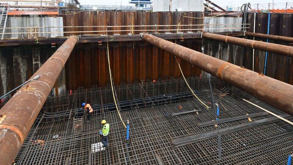Keersluis Den Oever; voor de opbouw van de constructievloer van ca. 2 meter dikte hebben we 4 lagen onder- en 4 lagen wapening bovenin aangebracht.