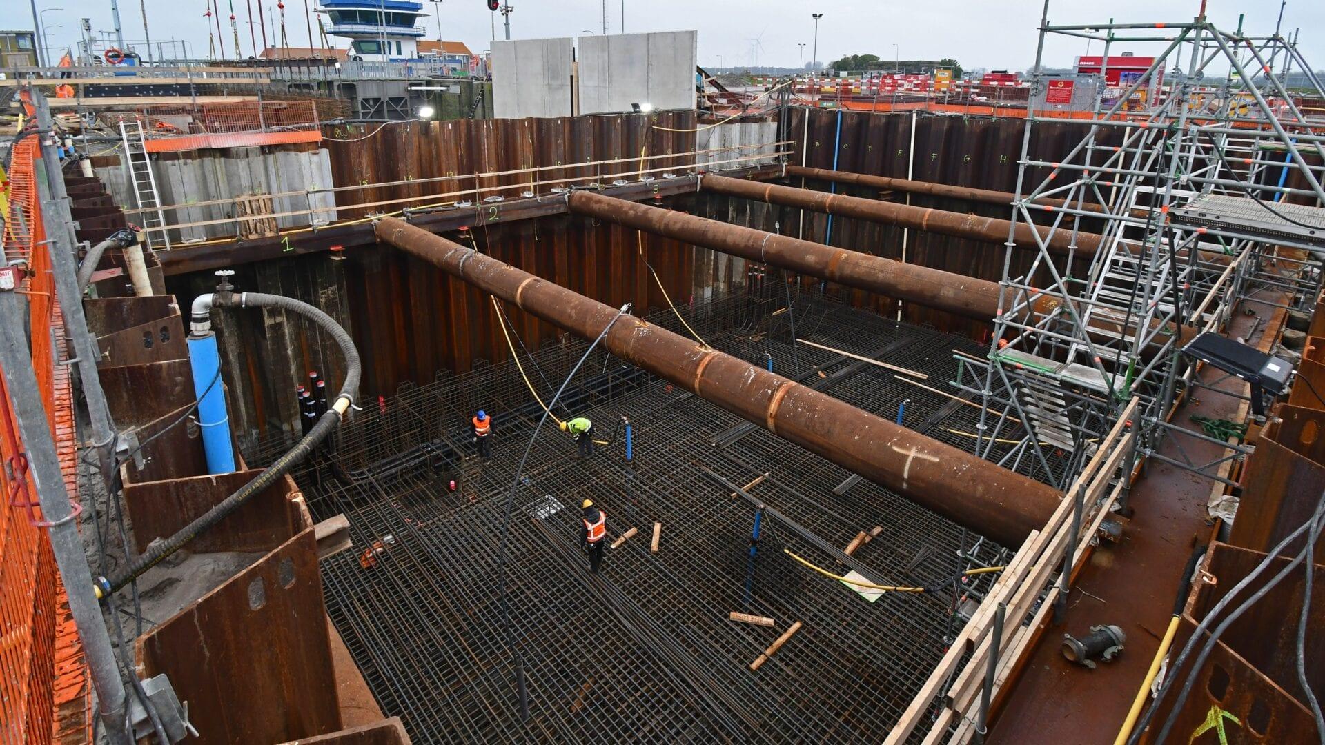 Keersluis Den Oever; voor de opbouw van de constructievloer van ca. 2 meter dikte hebben we 4 lagen onder- en 4 lagen wapening bovenin aangebracht. Op de achtergrond de betonnen wandelementen van de technische ruimten.