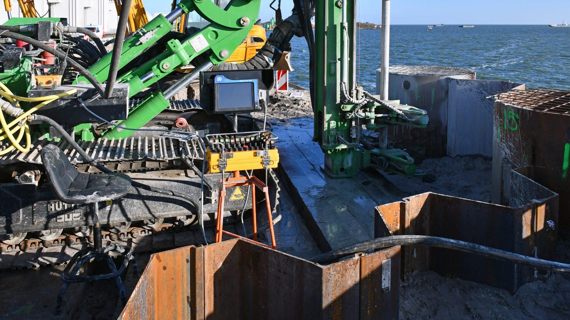 Eerste gemaal Den Oever; boormaterieel dat we inzetten voor het na-injecteren met grout van de 'actieve zijde' van het compartimentsscherm (de scheidingswand) tussen de bouwkuipen.