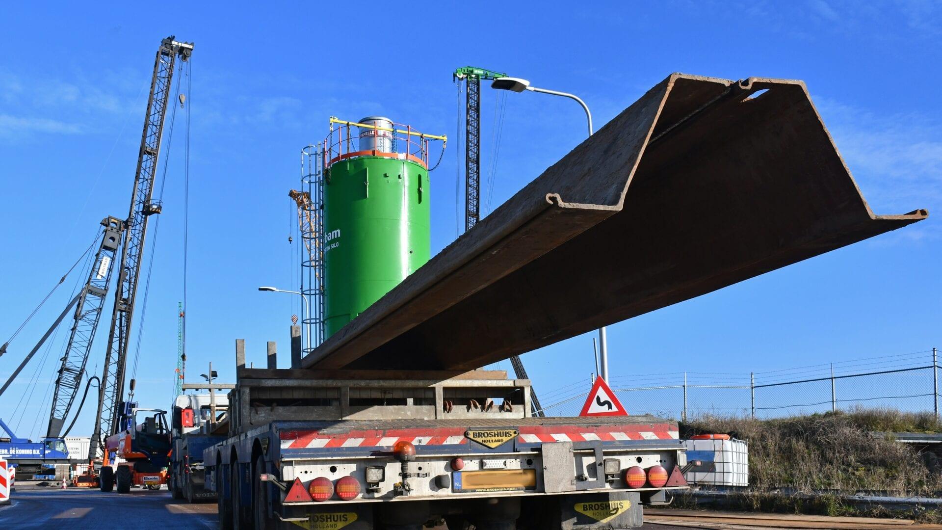 Eerste gemaal Den Oever; er wordt volop gewerkt aan de bouwkuipen aan de kant van het IJsselmeer vanaf de zuidelijke rijbaan welke ook als aanvoerroute voor een gedeelte van de benodigde damwanden wordt gebruikt. Het verkeer wordt nu over de noordelijke rijbanen langs de werkzaamheden geleid.