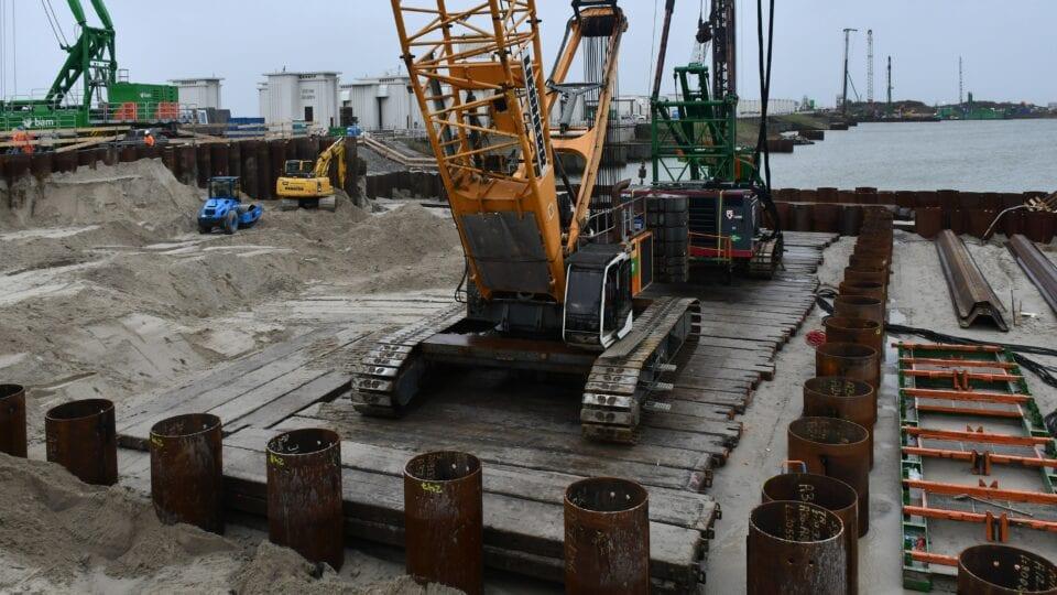 Eerste gemaal Den Oever; in deze bouwkuip aan de kant van het IJsselmeer – tijdens de bouw ca. 20 meter diep - komen de pompen te staan.