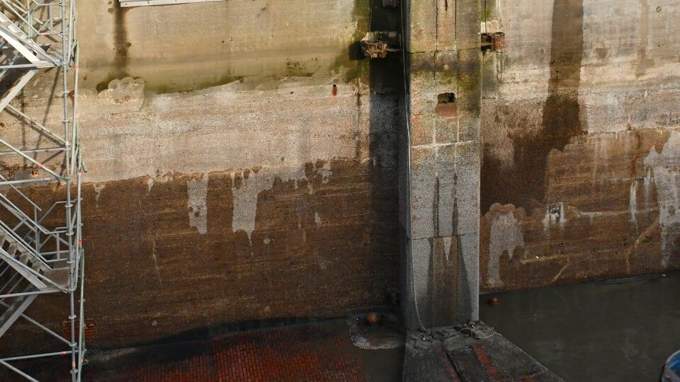 Renovatie schutsluis Den Oever; met kranen worden de zogenaamde droogzetvoorzieningen op zijn plaats gehesen met een 450 tons kraan. Het doorzetschot weegt 35 ton. Het schot van het buitenhoofd heeft een breed van 14 meter en een hoogte van 9,5 meter. Deze voorzieningen vervangen tijdelijk de hoogwaterkerende functie van de 12 sluisdeuren. De deuren zijn daarna afgekoppeld, uit de sluis gehesen en op transport gezet om op een externe locatie gerenoveerd te worden. Aansluitend is de schutsluis leeggepompt en kan onderhoud aan het beton uitgevoerd worden.