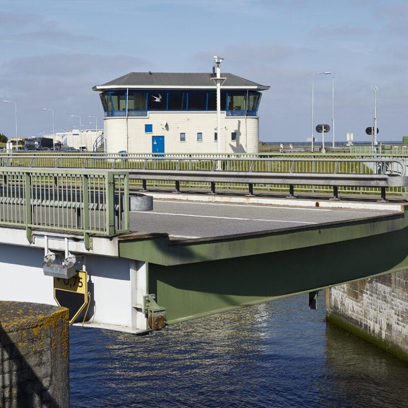 Dit is de draaiende brug in Kornwerderzand. De brug staat nu open, dit betekent gedraaid voor de boten.