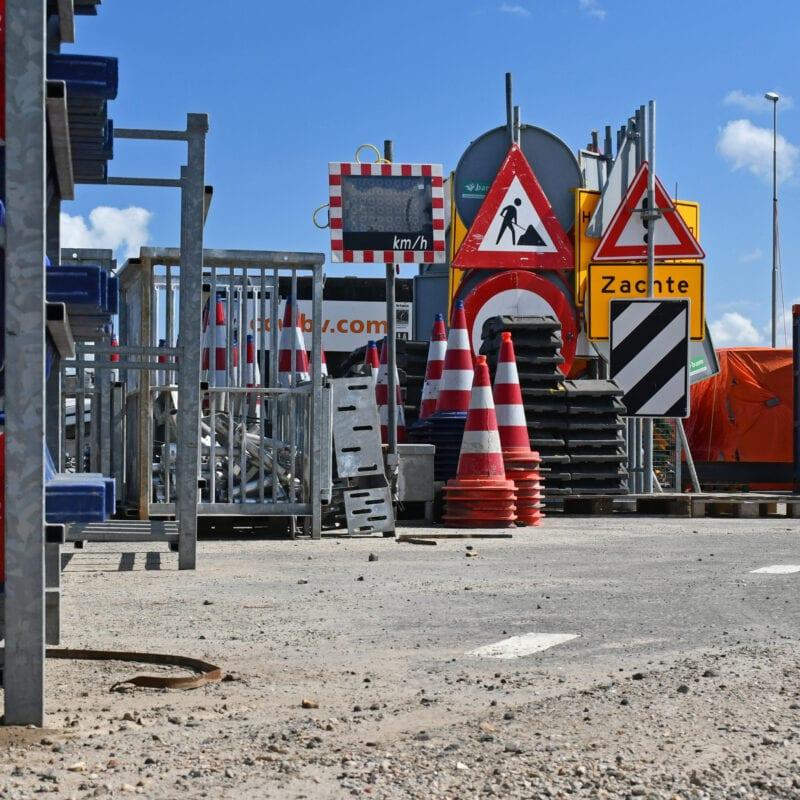 Op deze foto zie je materiaal dat ingezet wordt om het verkeer te regelen. Zoals driehoeksborden met waarschuwingen voor wegwerkzaamheden en pionnen e.d. en