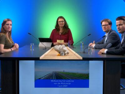 Op de afbeelding zie je vier personen aan een tafel zitten. Zij leiden de stakeholderswebinar van 1 juni.