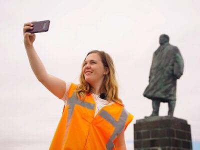 Op deze afbeelding zie je Afsluitdijkvlogger Femke een selfie maken voor het standbeeld van Lely