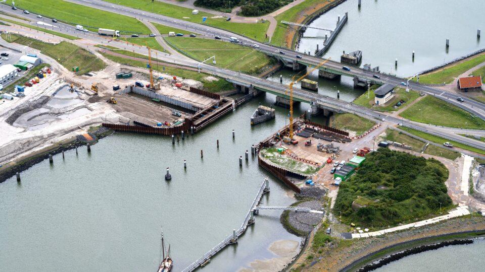 We kijken van boven op het werkeiland bij het Afsluitdijk Wadden Center