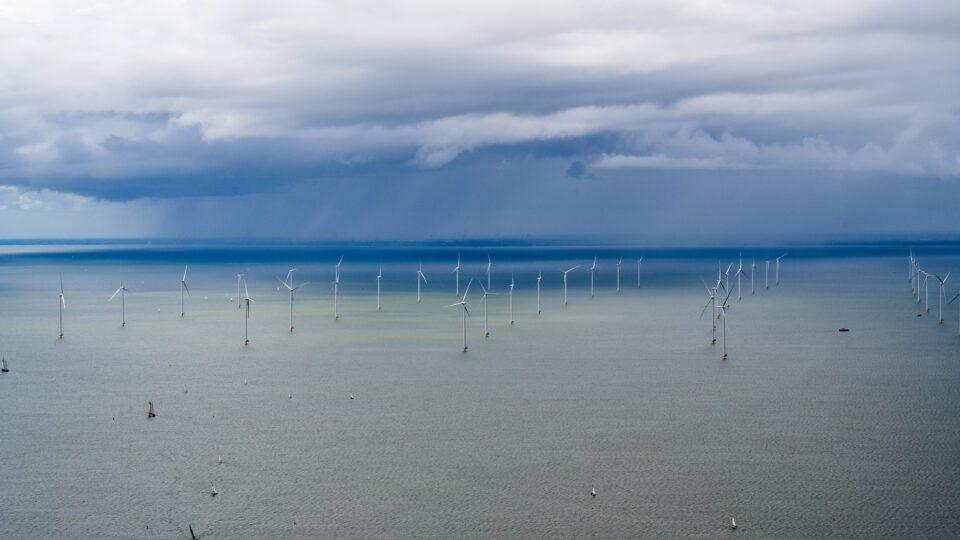 We zien Windpark Fryslân en de windmolens in het IJsselmeer/