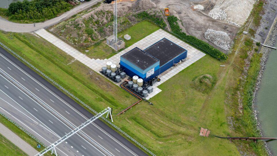Van boven kijken we op de weg, gras en het dak van de Blue Energy Centrale.