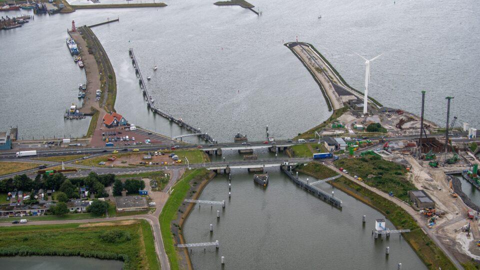 De sluis bij Den Oever met links een stukje haven
