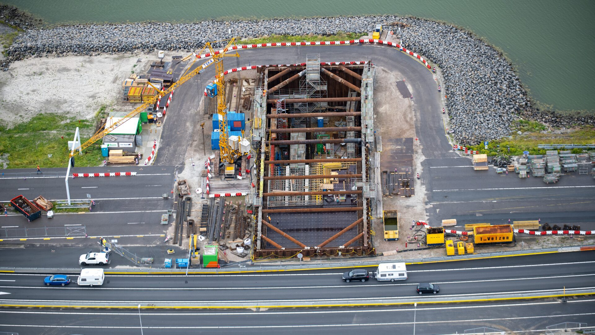 Van boven kijken we in de bouwkuip van het gat van de Vismigratierivier