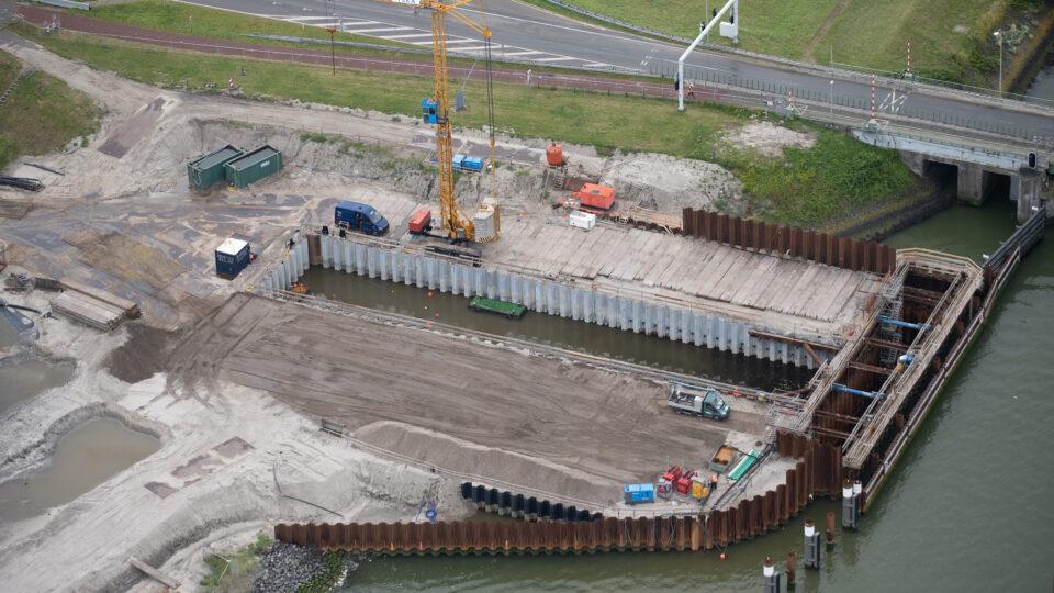 Op de foto zie je het gat in de dijk voor de Vismigratierivier