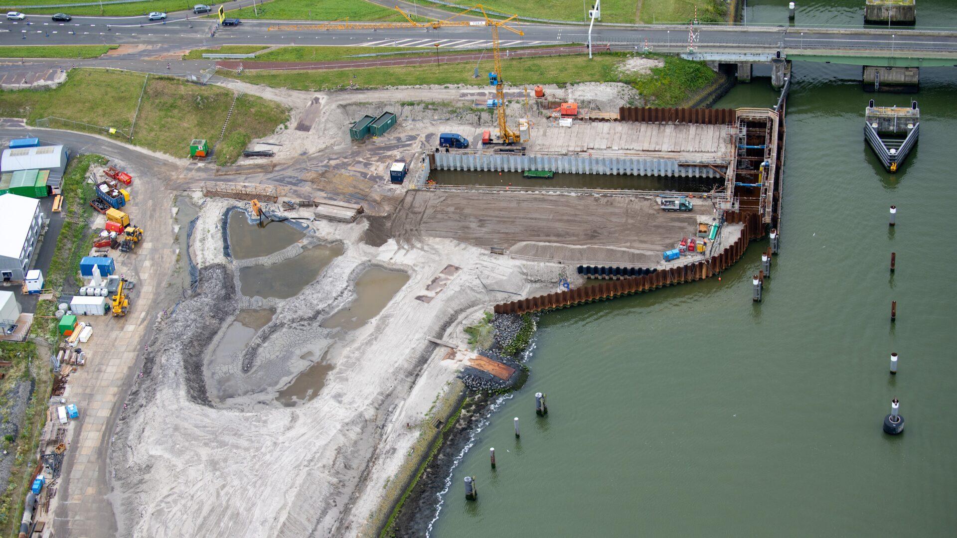 We zien een bouwgrond bij de Afsluitdijk en daarnaast de sluis