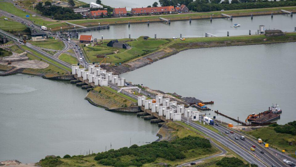 We zien van boven op de witte sluisgebouwen bij Kornwerderzand.
