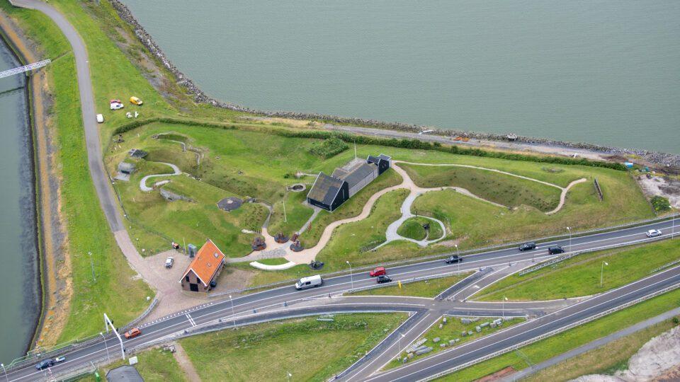 Op de foto zie je het landschap bij het Kazemattenmuseum