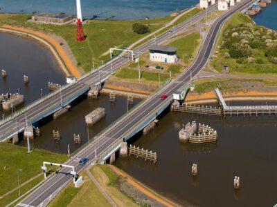 de huidige draaibruggen bij den oever
