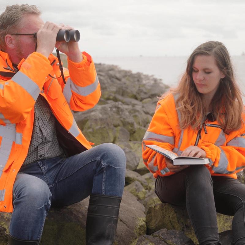 Op de afbeelding zie je Femke en Paul samen op de Afsluitdijk zitten
